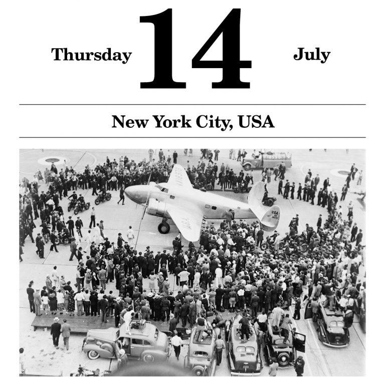 Howard Hughes landet auf dem Floyd Bennett Airfield Als der Unternehmer und Exzentriker Howard Hughes mit seiner Lockheed 14 Super Electra nach 91 Stunden und 14.824 zurückgelegten Meilen von einer Erdumrundung zum Startflughafen zurückkehrt, wird er von 25.000 begeisterten Zuschauern empfangen. picture alliance / AP Images