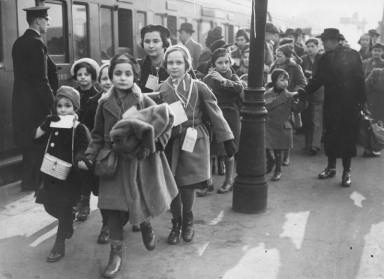 "Arrival of a ""Kindertransport"" at Waterloo Station, London, Februar 2, 1939 In mid-November 1938, the British government authorizes the entry of Jewish children and teenagers into the United Kingdom after Jewish organizations commit to pay for the children's travel costs and find foster homes for them. Between December 1938 and September 1939, 10,000 young people arrive in the UK. Because of a shortage of foster families, many of these children are exploited as servants or placed in institutions. Their separation from their parents and the murder of their family members in the Holocaust leaves many of the rescued children severely traumatized. Österreichische Nationalbibliothek, Wien, S 52/11"