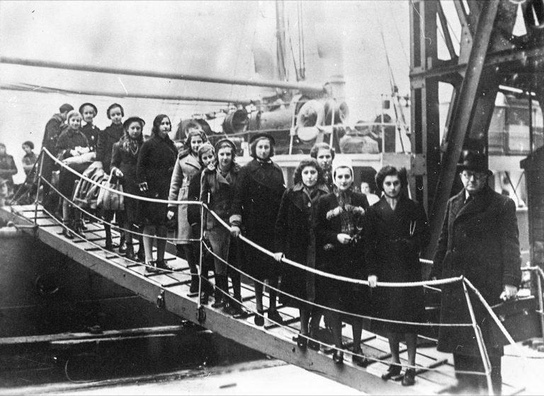 """Ankunft von Kindern polnischer Juden auf dem Dampfer """"Warszawa"""" in London, Februar 1939 In Großbritannien aufgenommen werden auch Kinder polnischer Juden, die Ende Oktober 1938 mit ihren Eltern in der """"Polen-Aktion"""" in das deutsch-polnische Grenzgebiet abgeschoben worden sind. Bundesarchiv, Koblenz, Bild 183-S69279"""