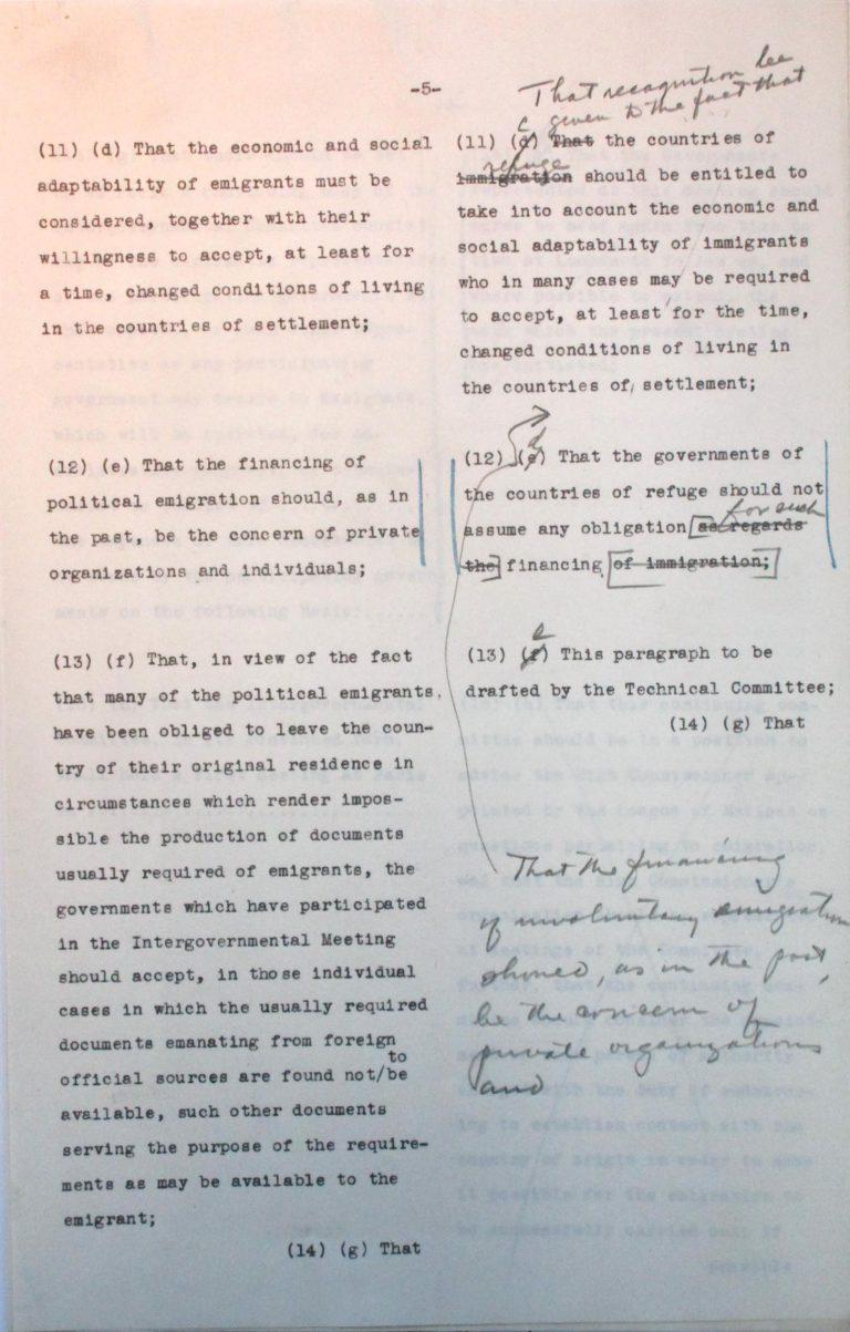 """Gegenüberstellung des amerikanischen und des britisch-französischen Entwurfs für die Schlussresolution der Konferenz, o. D. (Juli 1938), S. 5/7 Ein amerikanisch-britisch-französisches Redaktionsteam erarbeitet einen Entwurf für die Schlussresolution der Konferenz. Als die """"Großen Drei"""" sich geeinigt haben, muss Taylor Bedenken zahlreicher zentralamerikanischer Staaten ausräumen, die Zustimmung könnte zu Sanktionen des Deutschen Reichs hinsichtlich der Handelsbeziehungen führen. National Archives, College Park, MD"""
