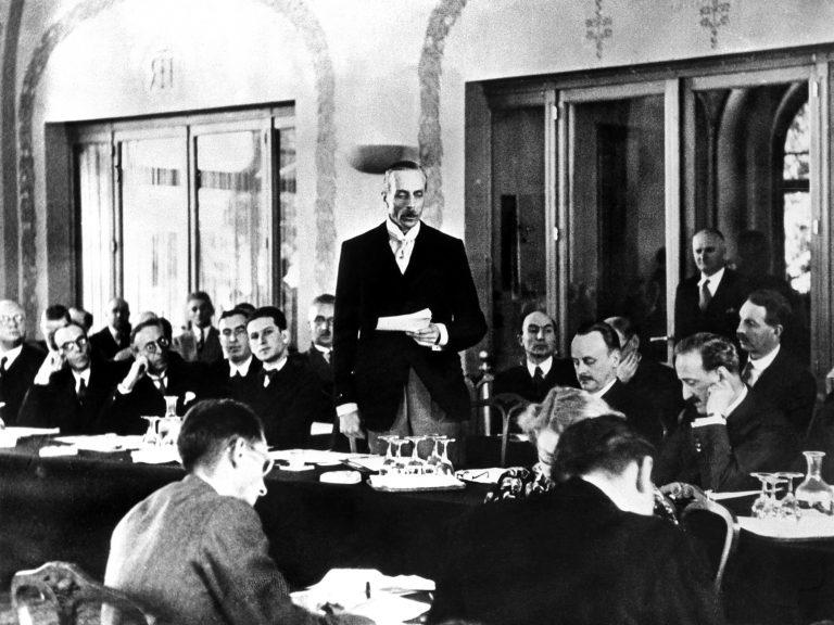 Der britische Delegierte Lord Winterton während einer Ansprache auf der Konferenz von Évian / Getty Images