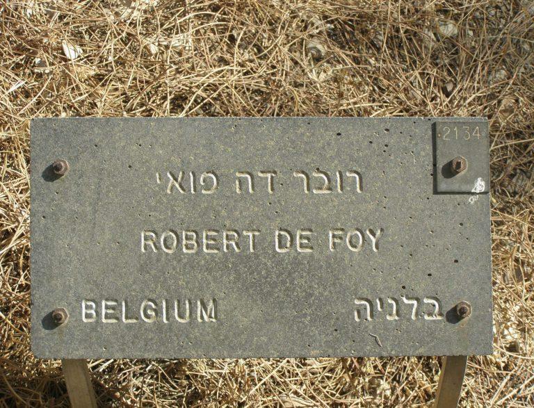 """Tafel zur Ehrung Robert de Foys als """"Gerechter unter den Völkern"""" in der GedenkstätteYad Vashem 1975 wird de Foy für die Rettung belgischer Juden während der deutschen Besatzung posthum von der GedenkstätteYad Vashemals """"Gerechter unter den Völkern"""" geehrt. Die Auszeichnung ist umstritten. Kritiker werfen de Foy eine antisemitische Haltung vor. In den 1930er-Jahren habe er versucht, ein immer rigideres Vorgehen gegen jüdische Flüchtlinge zu implementieren. Yad Vashem, Digital Collections, Jerusalem"""