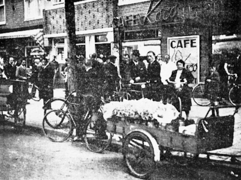 Menschenansammlung vor dem Eissalon Koco in der Amsterdamer Rijnstraat Am 24. Mai 1939 wird das von jüdischen Flüchtlingen betriebene Eiscafé zur Zielscheibe der niederländischenNationaal-Socialistische Beweging. Mitglieder der 1931 gegründeten NSB zerstören die Einrichtung des Cafés und schlagen auf die Besucher ein. Mehrere Menschen werden verletzt. Flüchtlinge bilden in den 1930er-Jahren ein beliebtes Ziel für – anfangs meist nur verbale – Angriffe der NSB. Verzetsmuseum Amsterdam