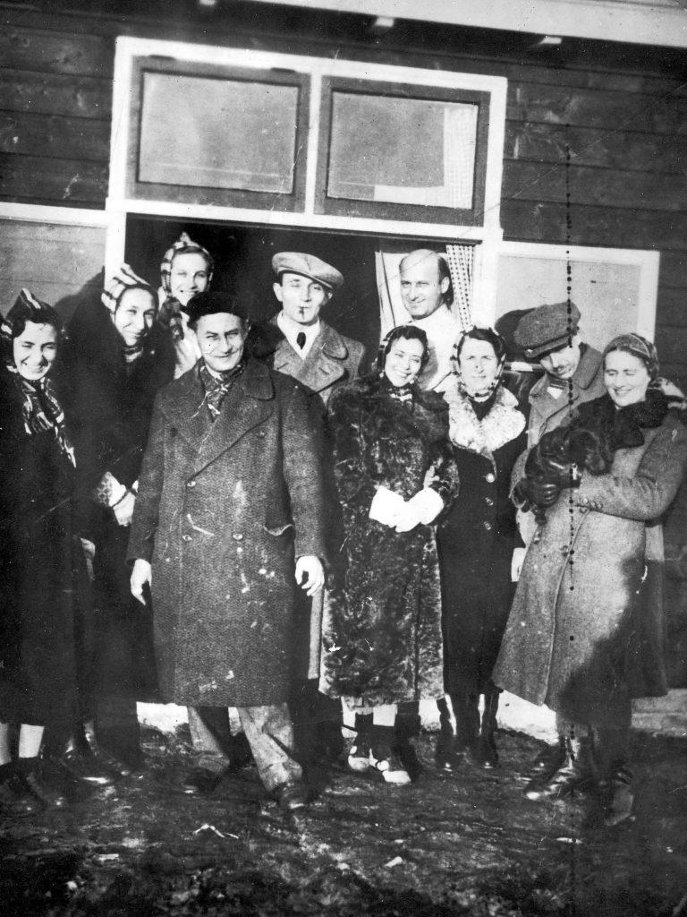 Die ersten Flüchtlinge treffen im Zentralen Flüchtlingslager Westerbork ein, 1939 Das nahe der deutschen Grenze gelegene Lager soll die provisorischen Flüchtlingslager ersetzen, in denen ein Teil der geflohenen Juden nach dem Novemberpogrom untergebracht wurde. 1942 wird Westerbork von den deutschen Besatzern zum Durchgangslager umfunktioniert, von wo aus die Deportationszüge in die Konzentrations- und Vernichtungslager fahren. Herinneringscentrum Kamp Westerbork, Hooghalen