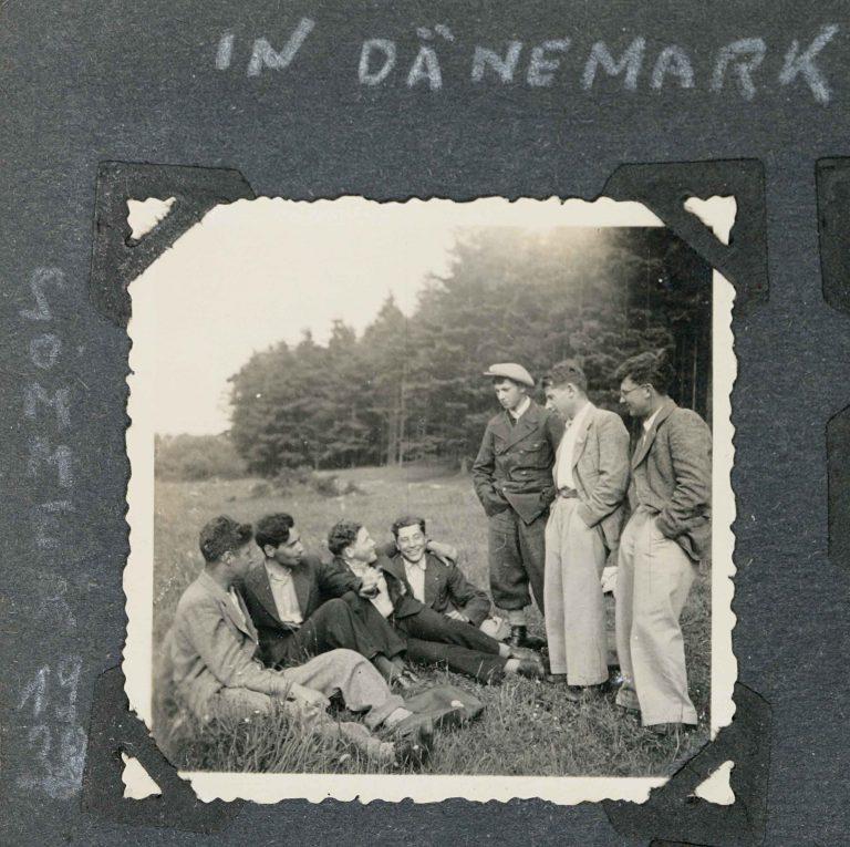 Aus Deutschland emigrierte jüdische Jugendliche während der Hachscharah (Vorbereitung) in Dänemark, Sommer 1938 In landwirtschaftlichen Ausbildungszentren werden sie auf das Leben in Palästina vorbereitet. Fotoalbum Erich Meyer, Jüdisches Museum Berlin