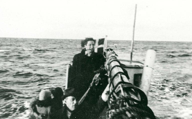 Fischerboot mit jüdischen Flüchtlingen auf dem Weg vom dänischen Falster ins schwedische Ystad, fotografiert von einem der Flüchtlinge, September/Oktober 1943 Frihedsmuseet / Nationalmuseet, Kopenhagen, www.flickr.com/photos/nationalmuseet/5709133933/