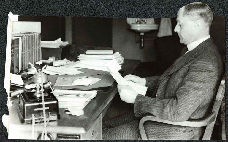 Leif Ragnvald Konstad an seinem Schreibtisch, undatiert Nasjonalbiblioteket, Oslo