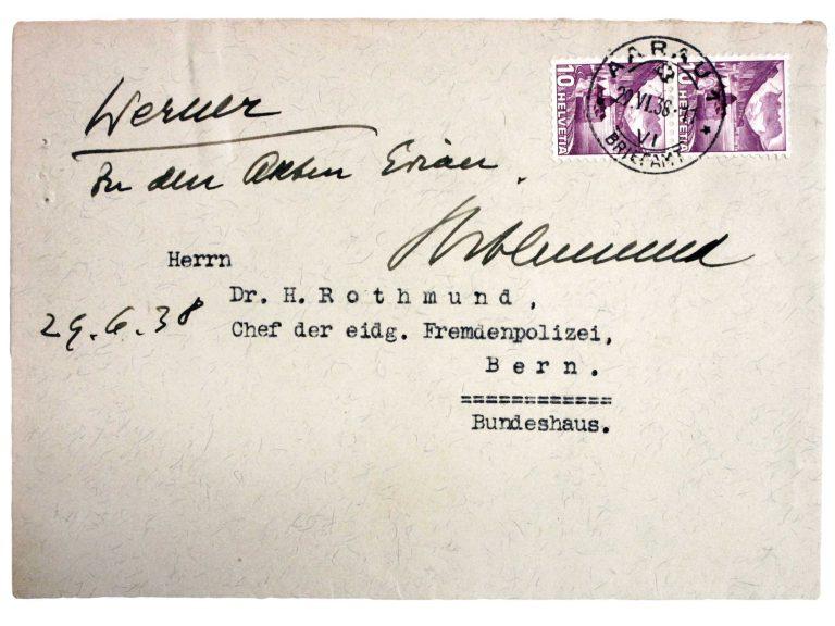 """Umschlag einer Zuschrift an Heinrich Rothmund aus Aarau, 29. Juni 1938 Zuschriften mit der Aufforderung, keine weiteren jüdischen Flüchtlinge ins Land zu lassen, oder der Bitte, sich für deren Aufnahme einzusetzen, leitet der Chef der Eidgenössischen Fremdenpolizei unter dem Betreff """"Évian"""" zur Beantwortung an seinen Mitarbeiter Henri Werner weiter. Schweizerisches Bundesarchiv, Bern, E4300B#1000844#90"""