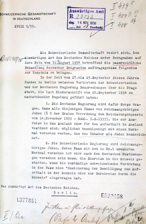 """Schweizerische Gesandtschaft in Deutschland an das Auswärtige Amt, undatiert (November 1938) Die Schweiz verzichtet auf die Einführung der allgemeinen Visumspflicht für alle Reichsdeutschen, nachdem sich bei Verhandlungen in Berlin die deutsche Seite verpflichtet hat, die Reisepässe von deutschen Juden kenntlich zu machen. Inhabern der mit dem eingestempelten roten """"J"""" gekennzeichneten Pässe wird nun die Einreise in die Schweiz an der Grenze verweigert. Auswärtiges Amt / Politisches Archiv, Berlin, R 49420"""