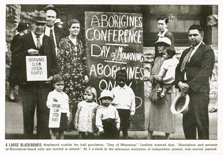 """Repräsentanten der Aborigines bei einer Protestveranstaltung Während der 26. Januar als """"Australia Day"""" für die weiße Mehrheitsgesellschaft Australiens ein Tag der Freude ist, rufen ihn die Vertreter der Aborigines 1938 erstmals zu einem """"Tag der Trauer"""" aus. Sie protestieren gegen Landraub und Diskriminierung und fordern die vollen staatsbürgerlichen Rechte für die australischen Ureinwohner. State Library of New South Wales, Sydney"""