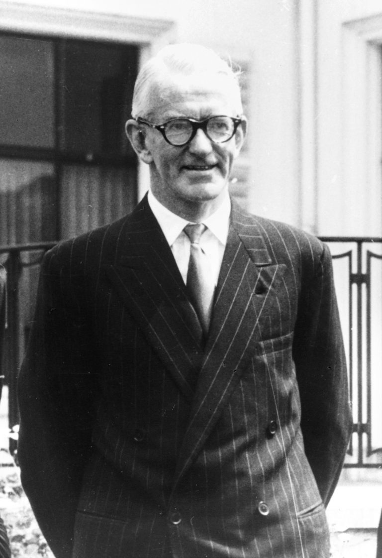 Alfred Thorpe Stirling vor Downing Street No. 10 in London, um 1955 Department of Foreign Affairs and Trade, Canberra