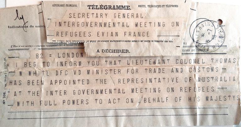 Earle Page, Stellvertretender Premierminister Australiens, an das Generalsekretariat der Internationalen Flüchtlingskonferenz, 5. Juli 1938 Die australische Regierung entschließt sich sehr spät zur Teilnahme an der Flüchtlingskonferenz. Erst einen Tag vor Konferenzbeginn teilt sie mit, dass sie sich in Évian von Handels- und Wirtschaftsminister Thomas Walter White vertreten lasse. Dieser hält sich zur Aushandlung eines Wirtschaftsabkommens mit Großbritannien ohnehin in Europa auf und nimmt nur bis zum 9. Juli 1938 an der Konferenz teil. United Nations Archives, Genf