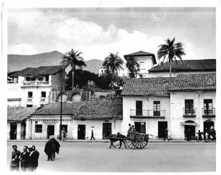Straße in Quito, 1936 Quito ist neben Cuzco und Mexico City eine der ältesten Städte des amerikanischen Kontinents, in der Nachkommen der indigenen Stadtgründer und der spanischen Eroberer nebeneinander leben. Eine Massenansiedlung europäischer Juden soll für die ecuadorianische Regierung auch mit dem Argument attraktiv gemacht werden, dass sie den Anteil der Indigenen an der Bevölkerung verringern würde. Grace Line Press Photo