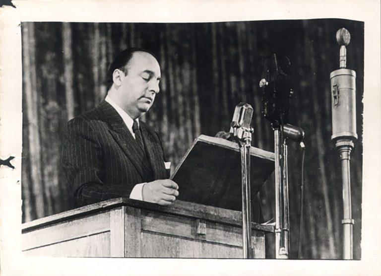 Pablo Neruda, 1950 Pablo Neruda gehört zu einer Gruppe chilenischer Intellektueller, die sich für eine Ächtung der NS-Judenverfolgung stark machen. Am 20. November 1938 organisiert dieAlianza de Intelectuales de Chile, deren Gründer er ist, eine Kundgebung, an der 10.000 Personen teilnehmen. Ihr Eintreten für eine Aufnahme von Flüchtlingen zeigt, dass der Antisemitismus in Chile nicht breitenwirksam ist. Archivo General Histórico, Ministerio de Relaciones Exteriores de Chile, Santiago de Chile / Wikimedia Commons