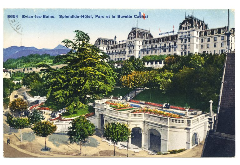 Hotel Splendide and Cachat Refreshment Hall, around 1919 The Hotel Splendide is built in 1839 as L'Hôtel des Bains, above the famed spring of the Cachat family. It is expanded several times. In 1898, following the last expansion, the majestic building is renamed Hotel Splendide. A park connects the hotel with the Refreshment Hall, built in 1900 above the Cachat spring. Supposedly to protect the spring, but probably more for economic reasons, the Hotel Splendide is demolished in 1983. Phototypie Co., Neuchatel