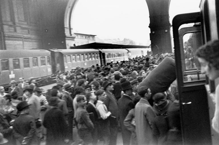 Emigrants to Palestine at Anhalter Station, September 1936  In September 1936, the Jewish Agency for Palestine's Berlin office organizes a journey for 650 people from Berlin to Palestine within a few days, in order to preempt a British ban on new immigrants to Palestine. Photo: Herbert Sonnenfeld / Jüdisches Museum Berlin