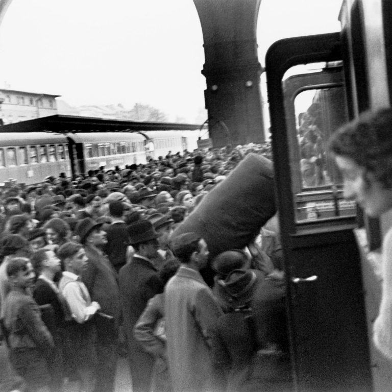 Emigrants to Palestine at Anhalter Station, September 1936 / Photo: Herbert Sonnenfeld / Jüdisches Museum Berlin