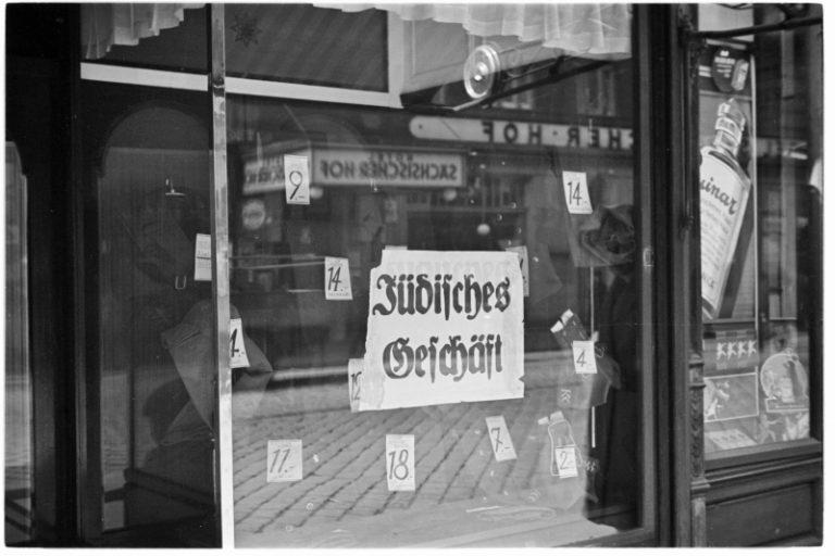 """Display window with a sign reading """"Jewish business,"""" Vienna, March 1938 Photo: Albert Hilscher / Österreichische Nationalbibliothek, Wien, H4920_5"""