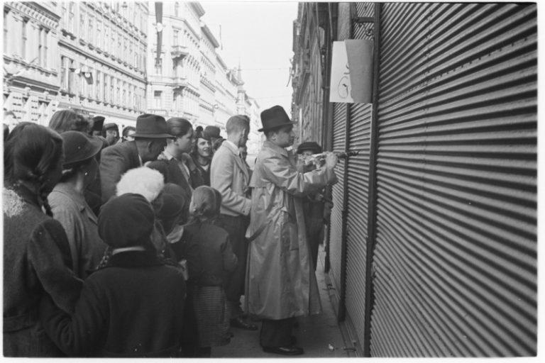 Jews are forced to label Jewish businesses, Vienna, March 1938 Photo: Albert Hilscher / Österreichische Nationalbibliothek, Wien, H4920_8