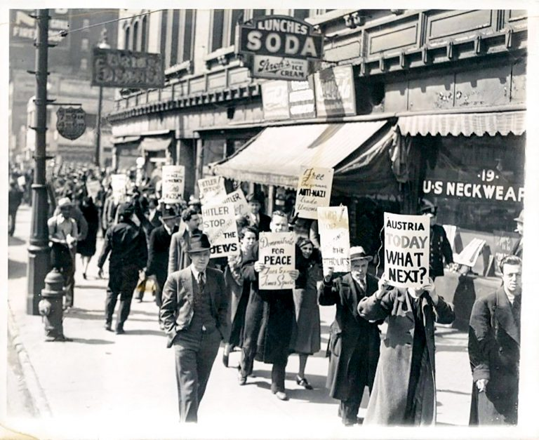 "Anti-Nazi-Demonstration in Detroit, March 13, 1938  The ""picket line"" was originally developed by American labor unions as a legally permitted form of picketing during strikes. In Detroit, which is at this time still a thriving industrial metropolis, demonstrators use it to protest against the annexation of Austria and Hitler's persecution of the Jews as well as to call for the release of the Nazi regime's political prisoners and for peace. ACME News Pictures / Zentrum für Antisemitismusforschung / Technische Universität Berlin"